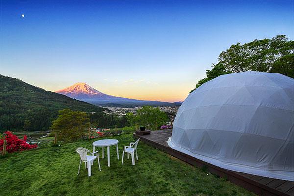 目前に雄大な富士山
